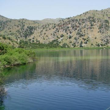 Λίμνη Κουρνά, η μοναδική φυσική λίμνη της Κρήτης.
