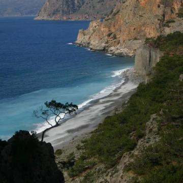 Παραλία Δώματα, στην έξοδο του φαραγγιού του Κλάδου.