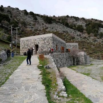 Ο εξωτερικός χώρος του Κέντρου Πληροφόρησης Εθνικού Δρυμού Σαμαριάς στο Ξυλόσκαλο