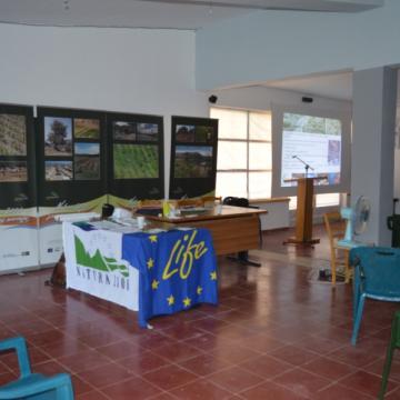 Η κινητή φωτογραφική έκθεση στο Πολιτιστικό Κέντρο Αλικάμπου, Δήμος Αποκορώνου. Στο βάθος φωτογραφίες από αγροικοσυστήματα της Κρήτης.