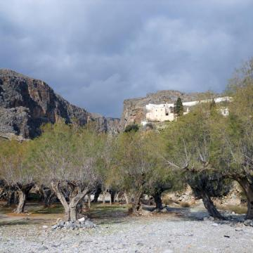 Η έξοδος του Φαραγγιού της Μονής Καψά, με το ομώνυμο μοναστήρι.