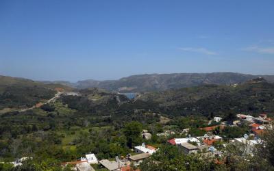 Άποψη του φράγματος Ποταμών, σε πρώτο πλάνο το χωριό Πατσός